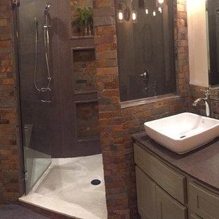 Idee per una stanza da bagno padronale stile americano di medie dimensioni con ante in stile shaker, ante verdi, doccia ad angolo, WC a due pezzi, piastrelle multicolore, piastrelle in pietra, pareti beige, pavimento in ardesia, lavabo a bacinella e top in superficie solida