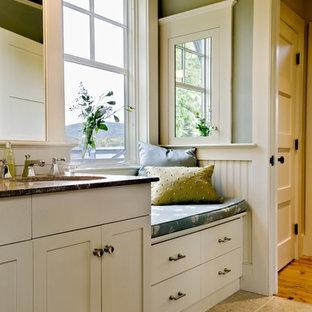 Immagine di una stanza da bagno rustica con lavabo sottopiano, ante in stile shaker e ante bianche