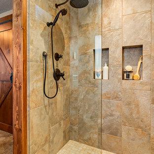 Idéer för ett litet rustikt badrum med dusch, med möbel-liknande, skåp i mellenmörkt trä, en öppen dusch, en toalettstol med hel cisternkåpa, flerfärgad kakel, stenhäll, beige väggar, klinkergolv i keramik, ett piedestal handfat och bänkskiva i kvarts
