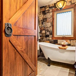 Diseño de cuarto de baño principal, rural, pequeño, con armarios tipo mueble, puertas de armario de madera oscura, bañera con patas, sanitario de una pieza, baldosas y/o azulejos multicolor, losas de piedra, paredes beige, suelo de baldosas de cerámica, lavabo con pedestal y encimera de cuarzo compacto