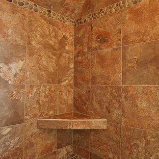 ミルウォーキーのラスティックスタイルのおしゃれな浴室 (コンソール型シンク、シェーカースタイル扉のキャビネット、中間色木目調キャビネット、御影石の洗面台、分離型トイレ、ベージュのタイル、テラコッタタイル、ベージュの壁、テラコッタタイルの床) の写真