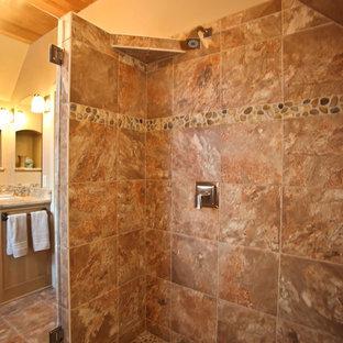 Ispirazione per una stanza da bagno minimal con lavabo a consolle, ante in stile shaker, ante in legno scuro, top in granito, WC a due pezzi, piastrelle beige, piastrelle in terracotta, pareti beige e pavimento in terracotta