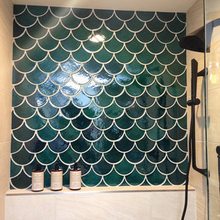 Foto de cuarto de baño principal, rústico, grande, con armarios con puertas mallorquinas, puertas de armario de madera en tonos medios, bañera exenta, ducha empotrada, sanitario de una pieza, baldosas y/o azulejos verdes, baldosas y/o azulejos de cerámica, paredes azules, suelo de madera clara, lavabo integrado y encimera de acrílico