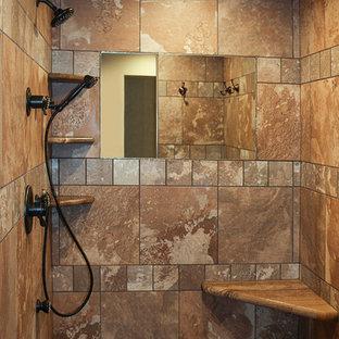 Diseño de cuarto de baño principal, rural, con puertas de armario de madera oscura, ducha abierta, baldosas y/o azulejos marrones, baldosas y/o azulejos de cerámica y suelo de baldosas de cerámica