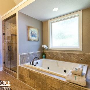 Immagine di una stanza da bagno padronale stile rurale di medie dimensioni con ante con riquadro incassato, ante beige, vasca ad alcova, doccia alcova, piastrelle marroni, piastrelle a listelli, pareti beige, pavimento in sughero, lavabo sottopiano e top in quarzo composito