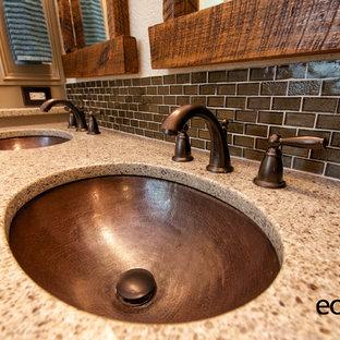 Новый формат декора квартиры: главная ванная комната среднего размера в стиле рустика с фасадами с утопленной филенкой, бежевыми фасадами, бежевыми стенами, пробковым полом, ванной в нише, душем в нише, коричневой плиткой, удлиненной плиткой, врезной раковиной и столешницей из искусственного кварца