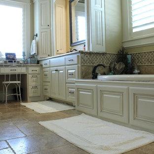 Inredning av ett klassiskt badrum, med vita skåp, granitbänkskiva, terrazzogolv, luckor med upphöjd panel, en öppen dusch, vita väggar och ett platsbyggt badkar