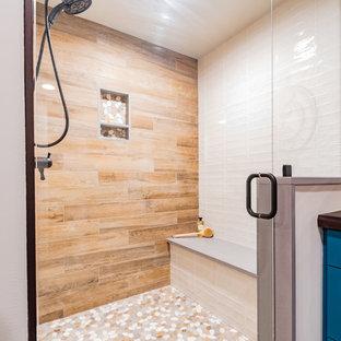 Imagen de cuarto de baño con ducha, rústico, grande, con armarios estilo shaker, puertas de armario turquesas, ducha empotrada, sanitario de una pieza, baldosas y/o azulejos marrones, baldosas y/o azulejos de porcelana, paredes blancas, suelo laminado, lavabo integrado, encimera de cemento, suelo marrón, ducha con puerta con bisagras y encimeras marrones
