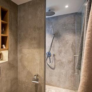 Foto de cuarto de baño principal, industrial, pequeño, con armarios con paneles empotrados, puertas de armario de madera oscura y sanitario de pared