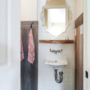 Ejemplo de cuarto de baño rústico, pequeño, con baldosas y/o azulejos blancos, baldosas y/o azulejos de cemento, paredes blancas, suelo de pizarra, lavabo suspendido y suelo negro