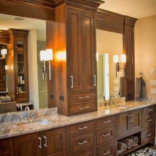 ポートランドの広いラスティックスタイルのおしゃれなマスターバスルーム (シェーカースタイル扉のキャビネット、中間色木目調キャビネット、置き型浴槽、アルコーブ型シャワー、ベージュの壁、クッションフロア、アンダーカウンター洗面器、大理石の洗面台) の写真