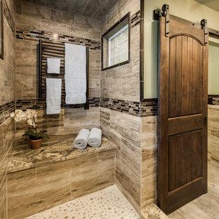 プロビデンスの広いラスティックスタイルのおしゃれなマスターバスルーム (オープン型シャワー、茶色いタイル、磁器タイル、緑の壁、磁器タイルの床、御影石の洗面台) の写真