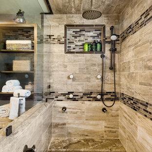 Ejemplo de cuarto de baño principal, rústico, grande, con ducha abierta, sanitario de dos piezas, baldosas y/o azulejos marrones, baldosas y/o azulejos de porcelana, paredes verdes, suelo de baldosas de porcelana, lavabo de seno grande y encimera de granito