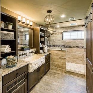 Foto på ett stort rustikt en-suite badrum, med luckor med profilerade fronter, skåp i mörkt trä, en öppen dusch, en toalettstol med separat cisternkåpa, brun kakel, porslinskakel, gröna väggar, klinkergolv i porslin, ett avlångt handfat och granitbänkskiva