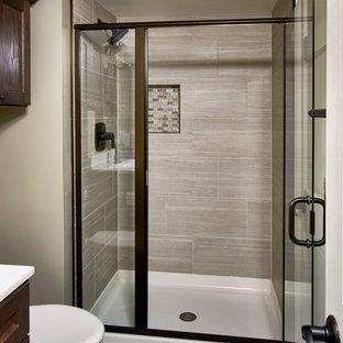 Immagine di una stanza da bagno con doccia stile rurale di medie dimensioni con ante a filo, ante marroni, doccia alcova, WC monopezzo, piastrelle beige, piastrelle in ardesia, pareti grigie, pavimento in vinile, top in superficie solida, pavimento marrone e porta doccia a battente