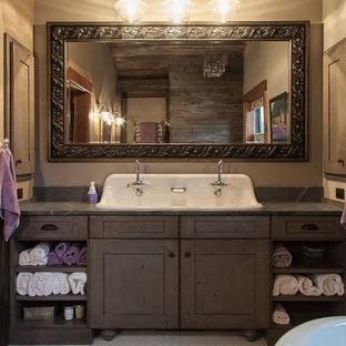 Ispirazione per una stanza da bagno padronale country di medie dimensioni con consolle stile comò, ante marroni, vasca con piedi a zampa di leone, pareti beige, lavabo sospeso, top in saponaria, doccia alcova, doccia con tenda, pavimento con piastrelle a mosaico e pavimento bianco