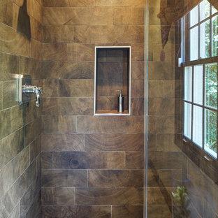 Kleines Uriges Duschbad mit flächenbündigen Schrankfronten, Schränken im Used-Look, Duschnische, braunen Fliesen, Porzellanfliesen, beiger Wandfarbe, Aufsatzwaschbecken, Quarzit-Waschtisch und Falttür-Duschabtrennung in Chicago