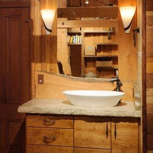 Esempio di una stanza da bagno stile rurale di medie dimensioni con lavabo a bacinella, ante lisce, ante in legno scuro, top in pietra calcarea e parquet chiaro
