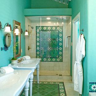 Cette image montre une douche en alcôve principale sud-ouest américain avec des carreaux de béton, un lavabo de ferme, un mur vert et béton au sol.