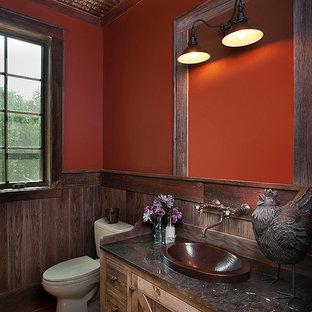 На фото: со средним бюджетом маленькие ванные комнаты в стиле рустика с настольной раковиной, плоскими фасадами, светлыми деревянными фасадами, столешницей из гранита, раздельным унитазом, оранжевыми стенами, полом из керамической плитки, душевой кабиной, коричневой плиткой и каменной плиткой
