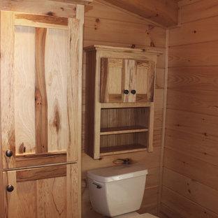 Diseño de cuarto de baño infantil, rural, de tamaño medio, con armarios con paneles lisos, puertas de armario de madera clara, lavabo sobreencimera, encimera de granito y encimeras amarillas