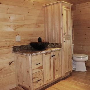 Ejemplo de cuarto de baño infantil, rústico, de tamaño medio, con armarios con paneles lisos, puertas de armario de madera clara, encimera de granito y encimeras amarillas