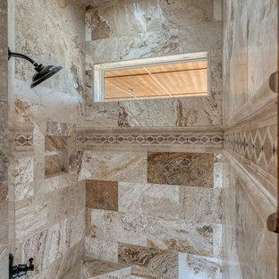 Immagine di una grande stanza da bagno padronale stile rurale con ante con bugna sagomata, ante in legno scuro, doccia alcova, piastrelle beige, piastrelle in travertino, pareti bianche, pavimento in travertino, lavabo sottopiano, top in marmo, pavimento beige, doccia aperta e top grigio