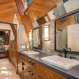 Ispirazione per una piccola sauna stile rurale con ante con bugna sagomata, ante in legno scuro, WC monopezzo, piastrelle grigie, piastrelle in pietra, pareti grigie, pavimento in gres porcellanato, lavabo a bacinella e top in quarzo composito