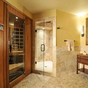 Foto di una sauna tradizionale con lavabo a bacinella, consolle stile comò, ante in legno scuro, top in granito, WC a due pezzi, pareti gialle e piastrelle marroni