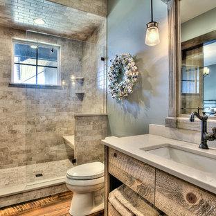 Idéer för ett mellanstort rustikt badrum med dusch, med släta luckor, skåp i mellenmörkt trä, en dusch i en alkov, en toalettstol med separat cisternkåpa, beige kakel, flerfärgad kakel, keramikplattor, gröna väggar, mellanmörkt trägolv, ett undermonterad handfat och bänkskiva i kvarts
