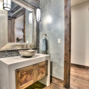 Idéer för ett mellanstort rustikt badrum med dusch, med skåp i shakerstil, skåp i mellenmörkt trä, en toalettstol med separat cisternkåpa, grå kakel, kakel i småsten, grå väggar, mellanmörkt trägolv, ett fristående handfat och bänkskiva i betong