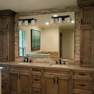 Foto di una stanza da bagno padronale rustica di medie dimensioni con ante in legno scuro, top in quarzo composito, piastrelle beige, piastrelle in pietra, pavimento in travertino, lavabo sottopiano, ante con riquadro incassato, pavimento beige, top beige e pareti beige