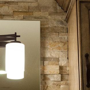 Foto di una stanza da bagno padronale stile rurale di medie dimensioni con ante lisce, ante in legno scuro, top in quarzo composito, piastrelle beige, piastrelle in pietra, pavimento in travertino, lavabo sottopiano, top beige, pareti beige e pavimento beige