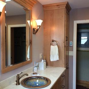Esempio di una stanza da bagno padronale rustica di medie dimensioni con lavabo da incasso, ante con bugna sagomata, ante in legno scuro, top in marmo, WC a due pezzi, piastrelle beige, pareti beige, pavimento in gres porcellanato, doccia ad angolo, piastrelle in pietra, pavimento beige e porta doccia a battente