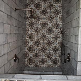Esempio di una stanza da bagno padronale stile rurale di medie dimensioni con vasca da incasso, doccia doppia, piastrelle grigie, piastrelle di cemento, pareti grigie, pavimento in gres porcellanato, pavimento bianco e doccia aperta