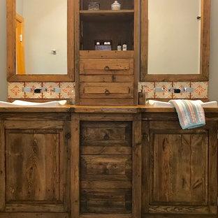 Stilmix Badezimmer mit verzierten Schränken, dunklen Holzschränken, Einbaubadewanne, Duschnische, Toilette mit Aufsatzspülkasten, orangefarbenen Fliesen, Terrakottafliesen, grauer Wandfarbe, Porzellan-Bodenfliesen, Einbauwaschbecken, Waschtisch aus Holz, grauem Boden und Duschvorhang-Duschabtrennung in Seattle