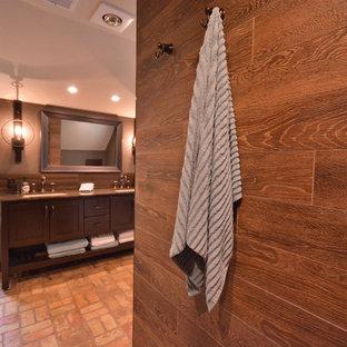 Diseño de cuarto de baño principal, rural, grande, con armarios estilo shaker, puertas de armario de madera en tonos medios, ducha abierta, sanitario de dos piezas, baldosas y/o azulejos marrones, baldosas y/o azulejos de porcelana, paredes marrones, suelo de ladrillo, lavabo bajoencimera, encimera de mármol, suelo naranja y ducha abierta