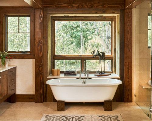 Salle de bain avec un sol en travertin et une plaque de galets ...