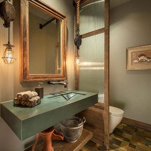 フェニックスのサンタフェスタイルのおしゃれな浴室 (オープンシェルフ、中間色木目調キャビネット、グレーの壁、マルチカラーの床) の写真