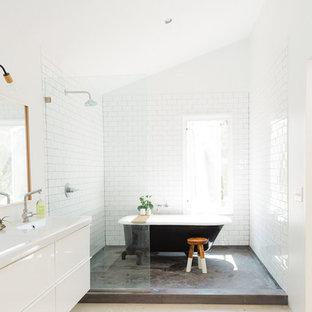 Imagen de cuarto de baño principal, de estilo americano, de tamaño medio, con bañera con patas, ducha abierta, sanitario de una pieza, baldosas y/o azulejos blancos, baldosas y/o azulejos de cemento y suelo de cemento