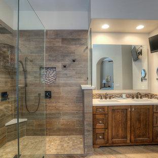 Exempel på ett mellanstort modernt en-suite badrum, med luckor med infälld panel, skåp i mörkt trä, ett fristående badkar, en kantlös dusch, en toalettstol med separat cisternkåpa, beige kakel, blå kakel, brun kakel, flerfärgad kakel, stickkakel, beige väggar, klinkergolv i porslin, ett undermonterad handfat och bänkskiva i akrylsten