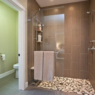 他の地域の中サイズのトランジショナルスタイルのおしゃれなマスターバスルーム (アンダーカウンター洗面器、フラットパネル扉のキャビネット、中間色木目調キャビネット、珪岩の洗面台、ダブルシャワー、一体型トイレ、グレーのタイル、セラミックタイル、ドロップイン型浴槽、ベージュの壁、磁器タイルの床、茶色い床、開き戸のシャワー) の写真