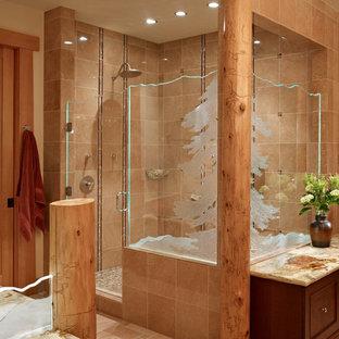 シアトルのラスティックスタイルのおしゃれなマスターバスルーム (濃色木目調キャビネット、コーナー設置型シャワー、セラミックタイル、セラミックタイルの床、珪岩の洗面台、家具調キャビネット、茶色いタイル、開き戸のシャワー) の写真