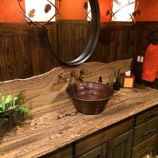 Immagine di una stanza da bagno stile rurale di medie dimensioni con consolle stile comò, ante verdi, vasca da incasso, vasca/doccia, WC a due pezzi, pareti arancioni, lavabo a bacinella e top in quarzite