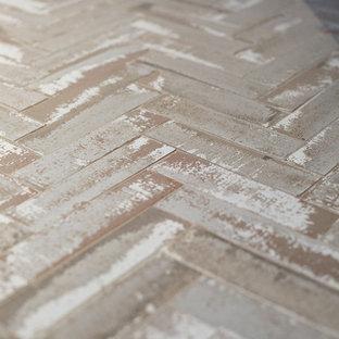 Неиссякаемый источник вдохновения для домашнего уюта: большая главная ванная комната в стиле рустика с фасадами в стиле шейкер, искусственно-состаренными фасадами, отдельно стоящей ванной, душем в нише, унитазом-моноблоком, серой плиткой, плиткой из листового камня, серыми стенами, кирпичным полом, настольной раковиной, столешницей из талькохлорита, серым полом и душем с распашными дверями