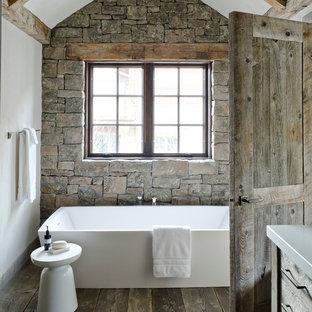 Foto de cuarto de baño rústico con bañera exenta