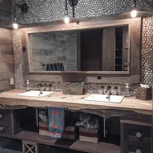 Пример оригинального дизайна: огромная детская ванная комната в стиле рустика с фасадами в стиле шейкер, искусственно-состаренными фасадами, разноцветной плиткой, галечной плиткой, полом из мозаичной плитки, столешницей из дерева, душем без бортиков, унитазом-моноблоком и накладной раковиной