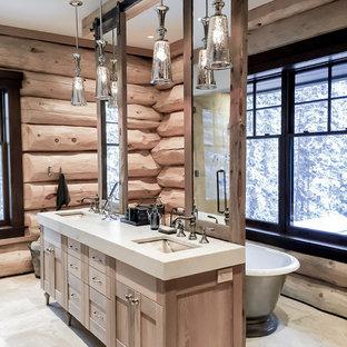 Ejemplo de cuarto de baño principal, rural, grande, con armarios estilo shaker, puertas de armario de madera clara, bañera exenta, suelo de travertino, lavabo bajoencimera y encimera de granito
