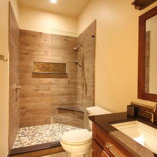 Réalisation d'une salle de bain chalet de taille moyenne avec un placard à porte shaker, des portes de placard en bois brun, un WC séparé, un carrelage marron, des carreaux de céramique, un mur beige, un sol en bois clair, un lavabo encastré, un plan de toilette en surface solide, un sol marron, aucune cabine et un plan de toilette marron.