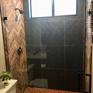 Idee per una piccola stanza da bagno con doccia stile rurale con ante con riquadro incassato, ante marroni, doccia aperta, WC a due pezzi, piastrelle blu, piastrelle in terracotta, pareti beige, pavimento in terracotta, lavabo sottopiano, pavimento rosso e porta doccia a battente